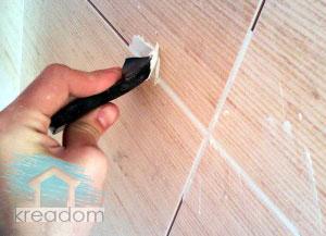 швы затирают резиновым шпателем