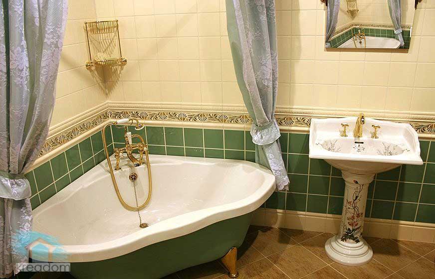вариант-отделки-кафелем-ванной-комнаты-в-классике