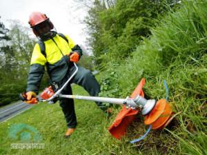 безопасность при работе с газонокосилкой