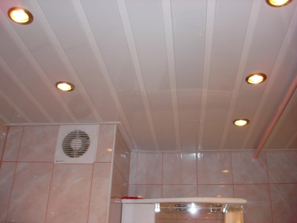 Потолок в ванной комнате из пластиковых панелей 49