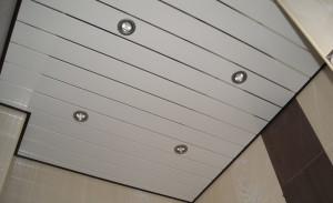 Потолок из ПВХ панелей в ванной