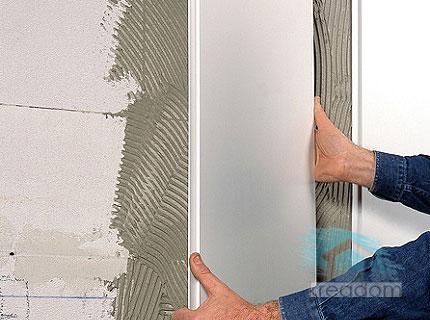 наклеивание пластиковых панелей на стену