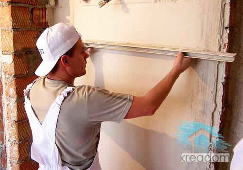 нанесение штукатурной смеси на стену