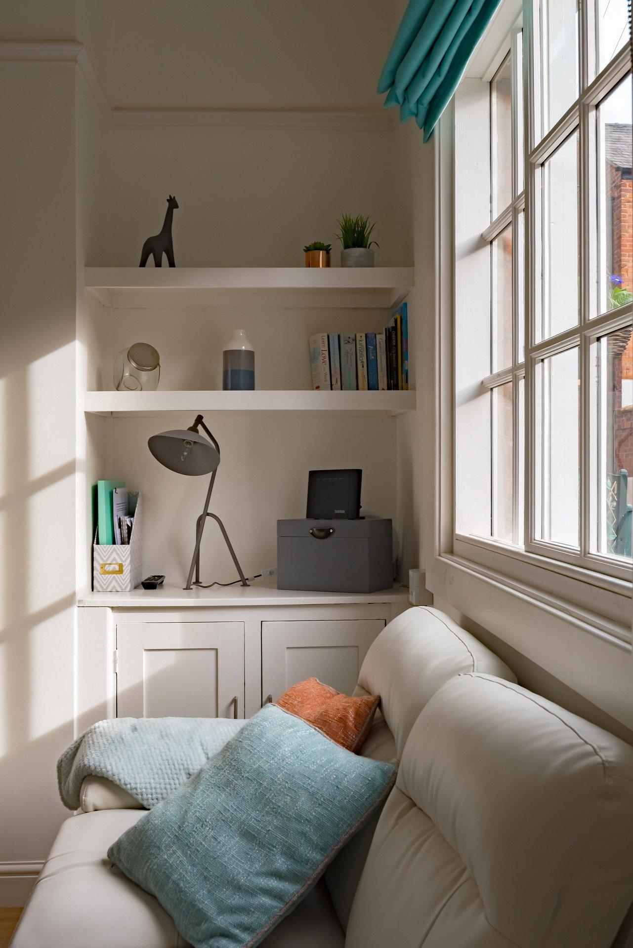 белые рамы деревянных окон привносят дополнительный свет в помещение